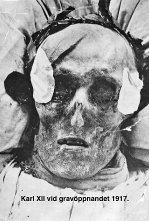Karl Xll vid gravöppnandet 1917